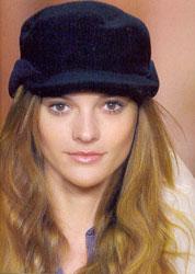 Шляпка от Lacoste